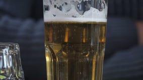 piwo za bąbla bąbli zbliżenia froth szkła światłem zdjęcie wideo
