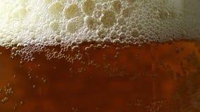 Piwu Nalewają wewnątrz szkło 1 zdjęcie wideo