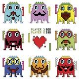 Pixelated行家与简单的击中的局面的机器人意思号与心脏形状在20世纪90年代显示differe的计算机游戏之前启发了 免版税库存照片