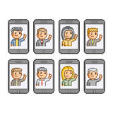 Pixelsatz Leute stehen auf Smartphones in Verbindung Stockbilder