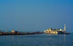 ` Piya Haji Ali ` - strzał pokazuje wejście i magistrali strukturę Haji Ali Dargah w Mumbai ind Obrazy Royalty Free