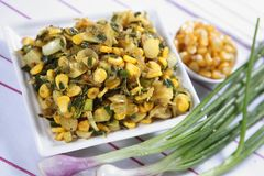 Piyaz Saag Bhaji, Ui Plantaardige Snack stock afbeeldingen