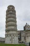 PIZA ITALIEN - 10 MARS, 2016: Sikt av det lutande tornet och Basien Fotografering för Bildbyråer
