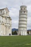 PIZA ITALIEN - 10 MARS, 2016: Sikt av det lutande tornet och Basien Royaltyfri Foto