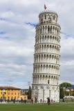 PIZA ITALIEN - 10 MARS, 2016: Sikt av det lutande tornet och Basien Arkivfoton