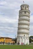 PIZA ITALIEN - 10 MARS, 2016: Sikt av det lutande tornet och Basien Royaltyfria Bilder