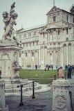 PIZA ITALIEN - 10 MARS, 2016: Sikt av det lutande tornet och basilikan Royaltyfria Foton