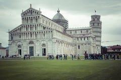 PIZA ITALIEN - 10 MARS, 2016: Sikt av det lutande tornet och basilikan Royaltyfri Foto