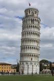 PIZA ITALIEN - 10 MARS, 2016: Sikt av det lutande tornet och basilikan Arkivfoto