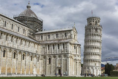 PIZA ITALIEN - 10 MARS, 2016: Sikt av det lutande tornet och basilikan Arkivbilder