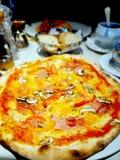 Piza på tabellen Fotografering för Bildbyråer
