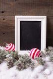 Pizarra, bolas de la Navidad y árbol vacíos de la piel de las ramas en envejecido imagen de archivo libre de regalías