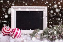 Pizarra, bolas de la Navidad y árbol vacíos de la piel de las ramas en envejecido foto de archivo libre de regalías