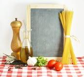 Pizarra con cocinar los ingredientes Foto de archivo libre de regalías