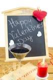 Pizarra con corazones y una copa de vino Fotos de archivo libres de regalías