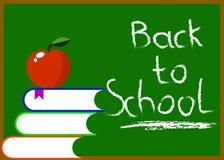 Pizarra con de nuevo a los libros y Apple de la escritura de la mano de la escuela Fotos de archivo libres de regalías