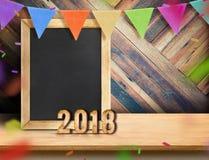 Pizarra con el Año Nuevo 2018 y guirnalda de la bandera con confeti encendido Imagenes de archivo
