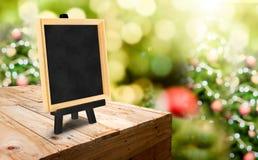 Pizarra con el caballete en el soporte de madera de la comida de la tabla en la falta de definición Chris Fotos de archivo