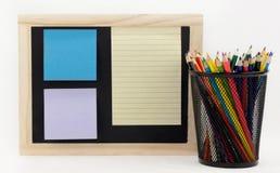 Pizarra con el papel coloreado vacío Imágenes de archivo libres de regalías