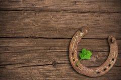 Pizarra con el trébol cuatro-con hojas y un zapato del caballo Fotografía de archivo