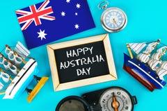 Pizarra con la inscripción: El día feliz de Australia rodeó por shipwrights, un compás, un reloj y una bandera australiana en a Fotografía de archivo libre de regalías