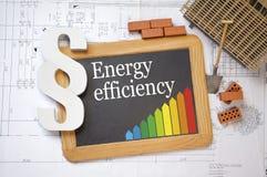Pizarra con las clases de rendimiento energético en un plan de la construcción imagen de archivo