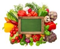 Pizarra con las verduras y las hierbas orgánicas frescas Fotografía de archivo