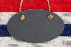 Pizarra con los E.E.U.U. tiras rojas y del azul en fondo de la arpillera Fotos de archivo