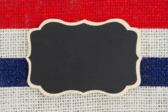 Pizarra con los E.E.U.U. tiras rojas y del azul en fondo de la arpillera Fotos de archivo libres de regalías