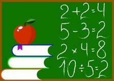 Pizarra con los libros y Apple matemáticos de los cálculos Foto de archivo libre de regalías