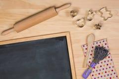 Pizarra con los utensilios de la cocina Foto de archivo libre de regalías