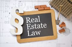 Pizarra con párrafo y plan de la construcción o modelo con ley de las propiedades inmobiliarias imagen de archivo