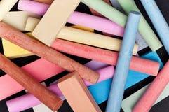 Pizarra con tiza colorida Imágenes de archivo libres de regalías