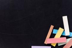 Pizarra con tiza colorida Imagen de archivo libre de regalías