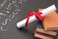 Pizarra con un diploma imagen de archivo libre de regalías