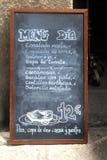 Pizarra con un menú característico del español diariamente Fotos de archivo
