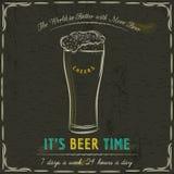 Pizarra de Brown con las tazas frías de cerveza y de texto Foto de archivo libre de regalías