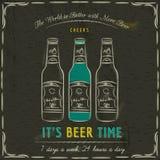 Pizarra de Brown con tres botellas de cerveza y de texto Imagenes de archivo