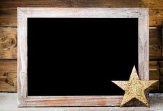 Pizarra de la Navidad con la decoración Sombrero de Papá Noel, estrellas, de madera Imágenes de archivo libres de regalías