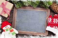 Pizarra de la Navidad, muñeco de nieve y árbol de abeto Foto de archivo libre de regalías