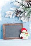 Pizarra de la Navidad, muñeco de nieve y árbol de abeto Foto de archivo