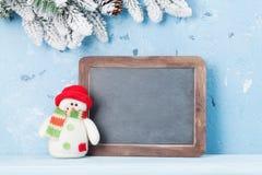 Pizarra de la Navidad, muñeco de nieve y árbol de abeto Imágenes de archivo libres de regalías