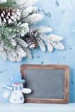 Pizarra de la Navidad, muñeco de nieve y árbol de abeto Fotografía de archivo libre de regalías