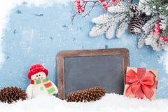 Pizarra de la Navidad, muñeco de nieve y árbol de abeto Fotos de archivo