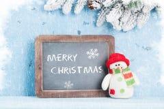 Pizarra de la Navidad, muñeco de nieve y árbol de abeto Imagen de archivo