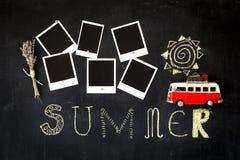 Pizarra del tema del verano con marcos retros en blanco de la foto y una furgoneta del vintage Imágenes de archivo libres de regalías
