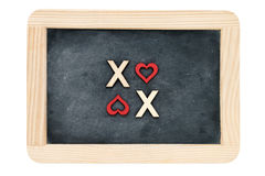 Pizarra del vintage del marco de madera aislada en blanco con el texto XOXO (besos y abrazos) creado de las letras de madera imágenes de archivo libres de regalías