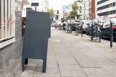 Pizarra delante de un coffeeplace del comensal del restaurante fotografía de archivo libre de regalías