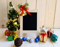 Pizarra en blanco con el árbol de navidad y los ornamentos Foto de archivo libre de regalías