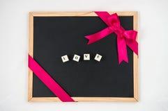 Pizarra en blanco con la decoración, en amor Foto de archivo libre de regalías